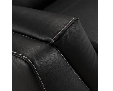 Coutures contrastées blanches sur un cuir noir
