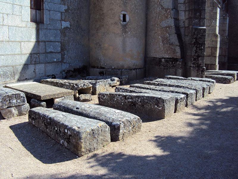 Sarcophages autour de l'église de Quarré les Tombes (89)