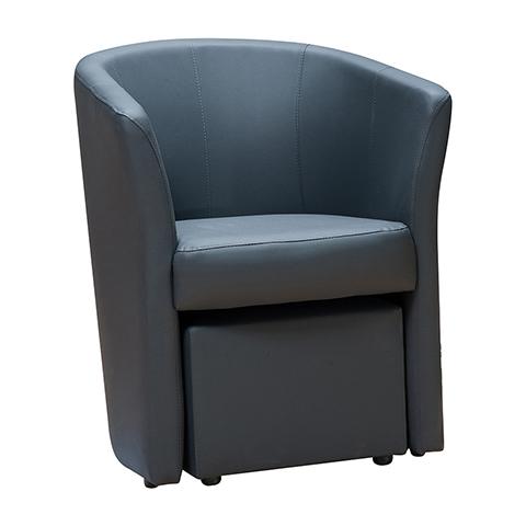 Bel exemple de gain de place, le pouf est rangé sous l'assise