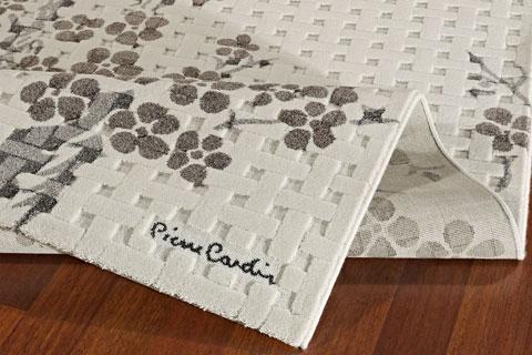 La signature Pierre Cardin sur un des tapis du célèbre créateur