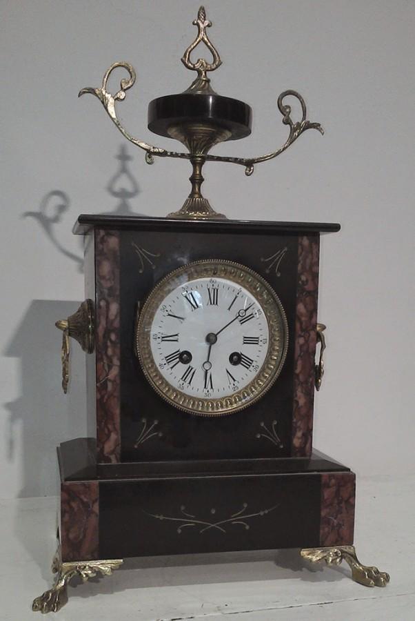 Pendule Napoléon III en marbre dite Pendule à chaperon - Crédit internet