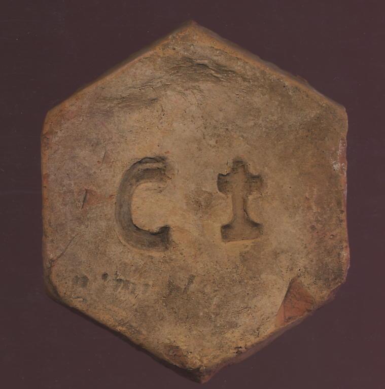 Tomette hexagonale de la fin du 17eme siècle - Crédit www.easytom.fr