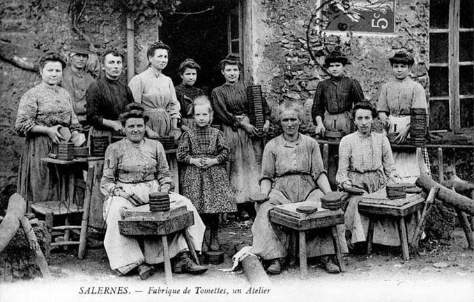 Atelier de fabrication de tomettes provençales en 1907 - Source WIKIPEDIA