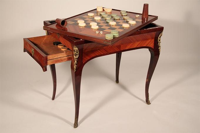Table à jeux placage amarante d'époque Louis XV - Crédit antiques-versailles.com