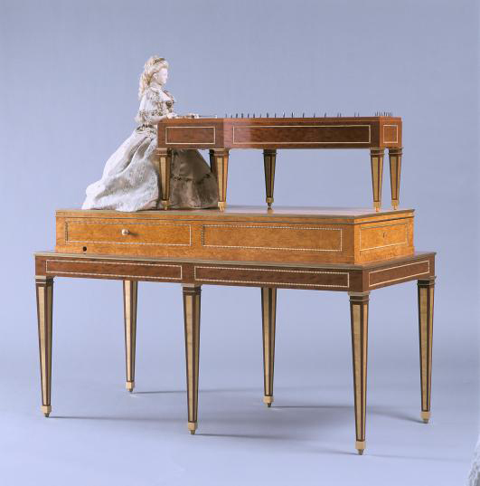 """L'automate """"La joueuse de tympanon"""" fabriqué en 1784 par David ROENTGEN pour la reine Marie Antoinette"""