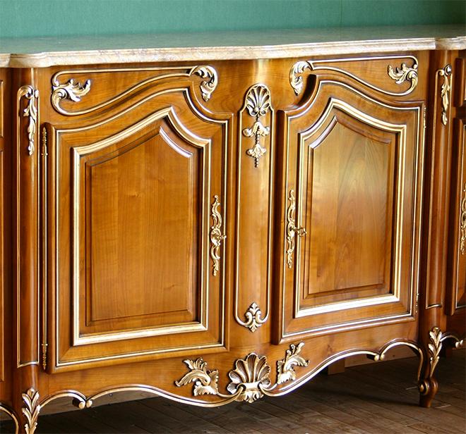 Façade de buffet style Louis XV rechampie à la feuille de cuivre - Crédit freres-allot.com