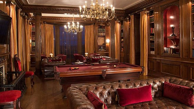 Club anglais de gentlemen, boiseries, billard et Chesterfield