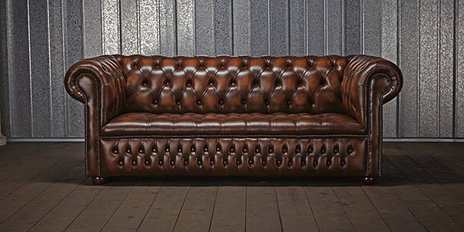 Canapé Chesterfield cuir marron patiné - Crédit chesterfields.co.uk