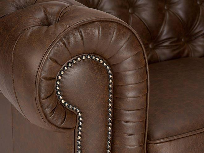 Détail d'un accoudoir de fauteuil Chesterfield - Crédit internet