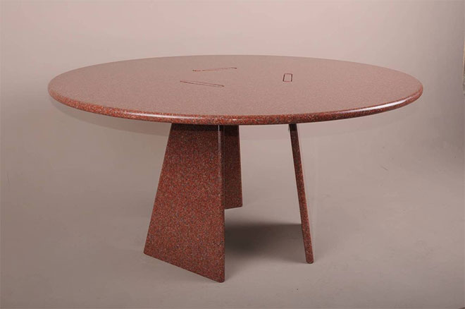 Table ronde en granit rouge - Collection Asolo 1981 - Angelo Mangiarotti