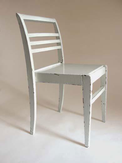 Chaise pour sinistrés en hêtre laqué blanc de René Gabriel - Source Wikipédia