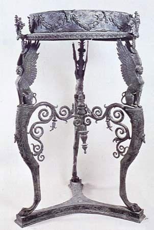 Table guéridon trouvée dans le temple d'Isis à Pompéi