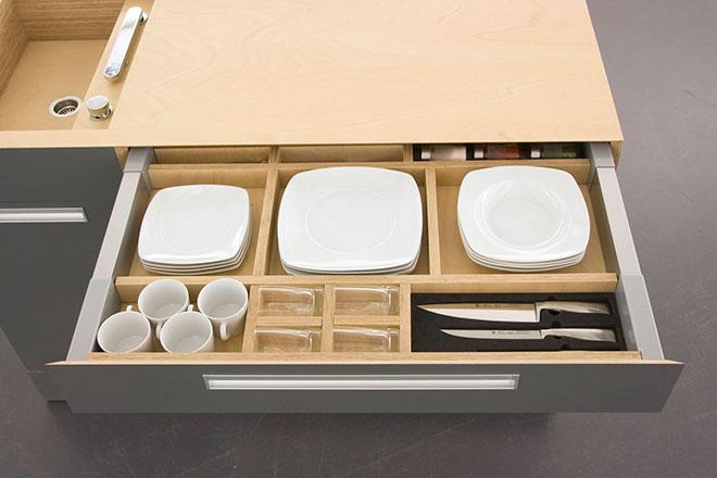 Astucieux tiroir de rangement pour couverts et vaisselle - © Kristin Laass et Norman Ebelt