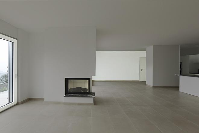 Un pan de mur plus clair que le restant de la pièce allonge fortement la perspective.