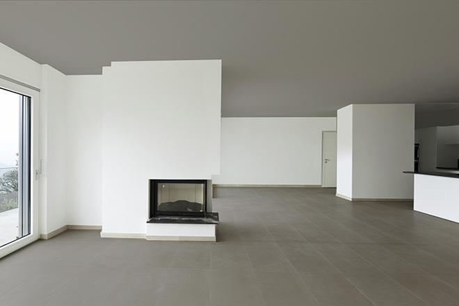 Sol et plafond foncés, le regard est attiré par le point de fuite positionné derrière le mur du fond